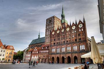 Ansicht vom Alten Markt in Stralsund mit historischem Rathaus